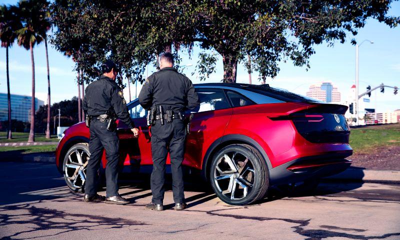 Deux policiers observent la ID. Crozz