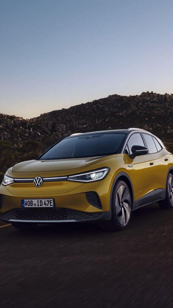 VW Volkswagen ID.4 elbil SUV sett forfra kjørende på en landevei