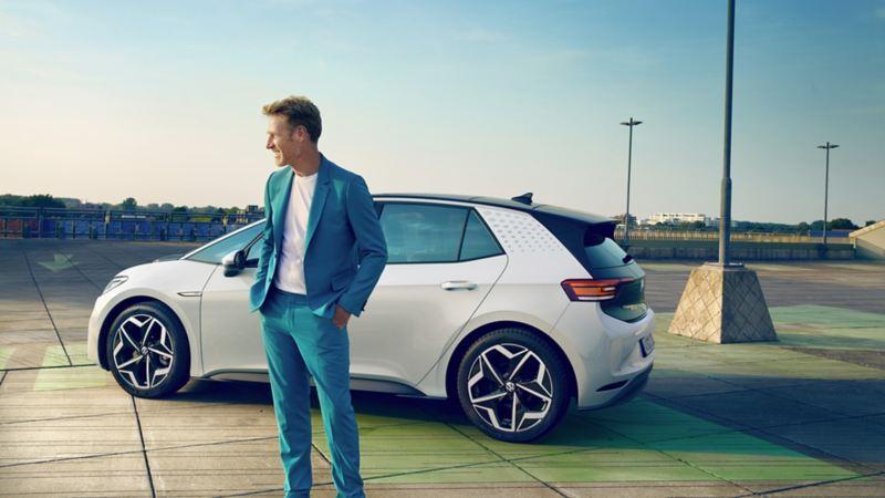 un homme marche derrière la Volkswagen ID.3