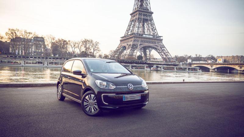 L'e-up! devant la Tour Eiffel