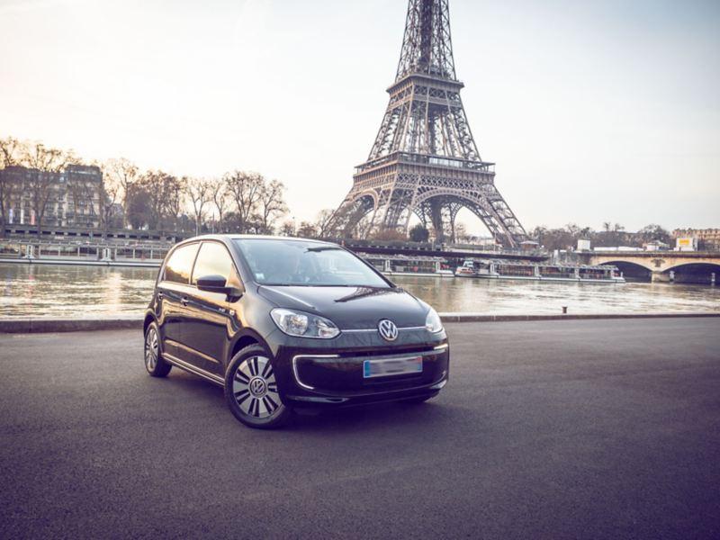 e-up! devant la Tour Eiffel