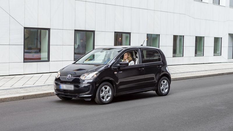 Victoria Kippersund conduit sa e-up! dans une rue