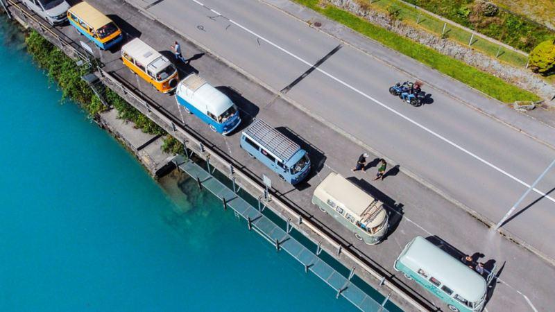 Sosta al lago di Brienz: la carovana di Bulli vista da un drone.