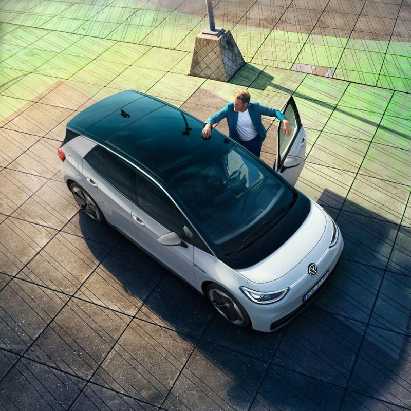Der VW ID.3 von schräg oben, ein Mann steigt aus