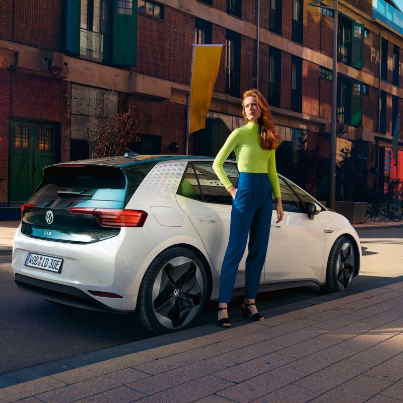 Lateral del Volkswagen ID.3 con una chica