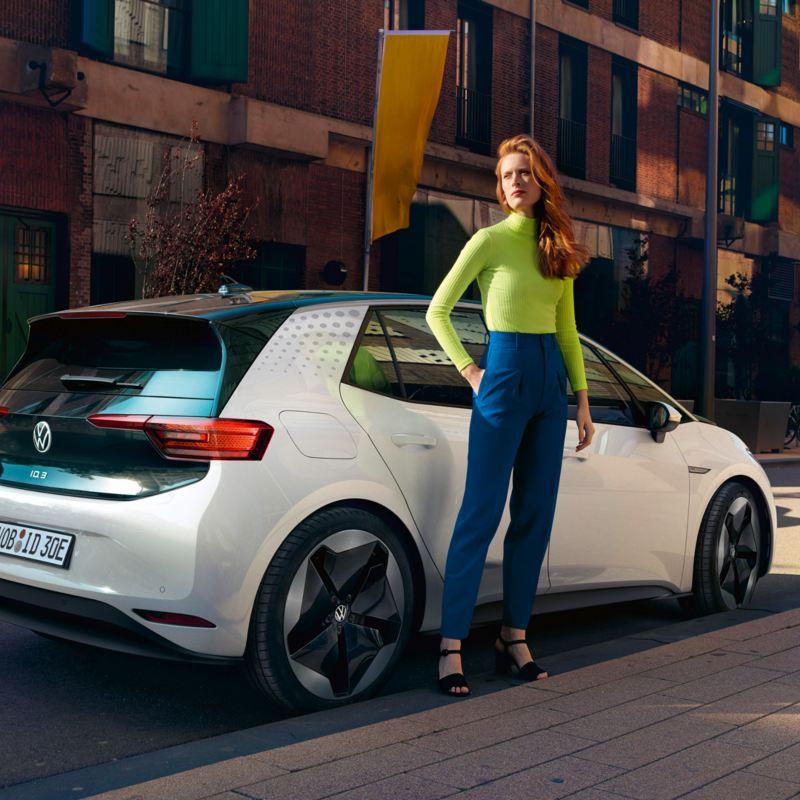 Kvinna står framför Volkswagen ID.3