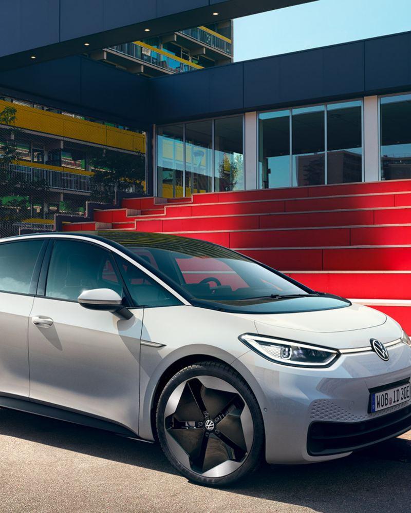 Volkswagen ID.3 kuvattuna etuviistosta punaisten rappusten edessä