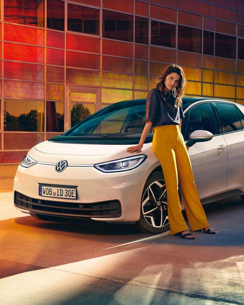 VW ID.3 eine junge Frau steht am Heck