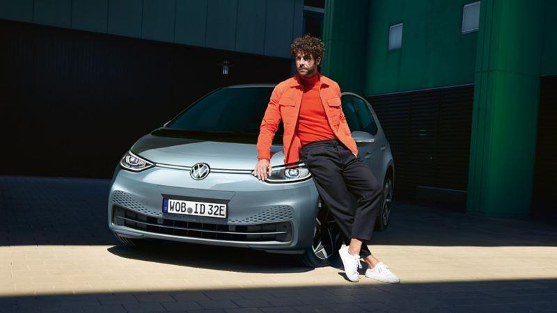 Ein Mann lehnt gegen einen VW ID.3