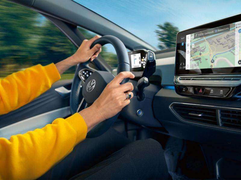 mani donna al volante auto VW