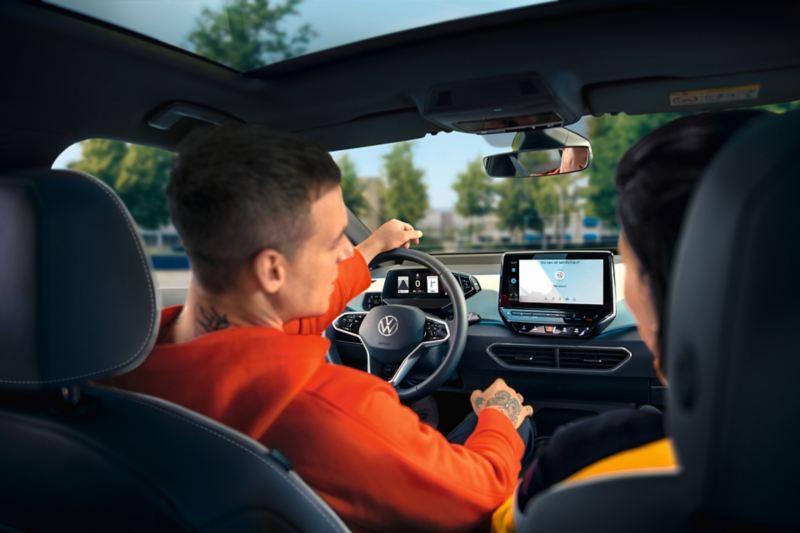 Mann und Frau im VW ID.3