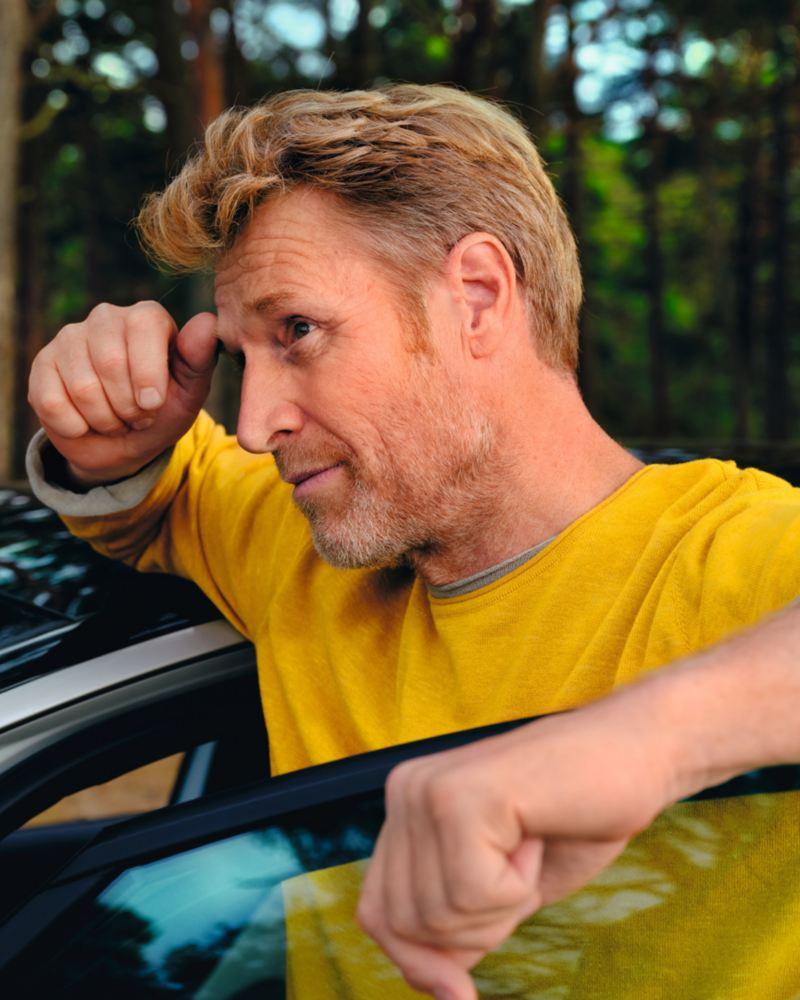 Ein Mann steht an der geöffneten Fahrertür des VW ID.3