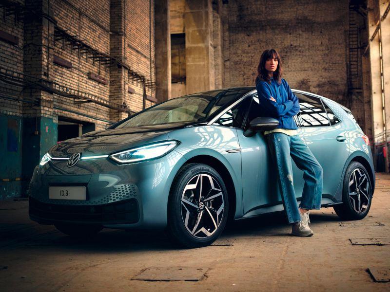 giovane donna appoggiata a Volkswagen ID3 1ST