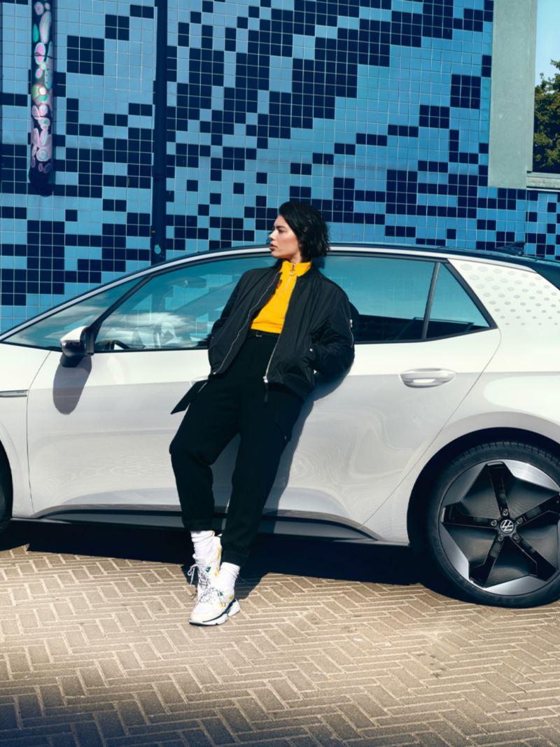 Une femme souriante descend de la VW ID.3