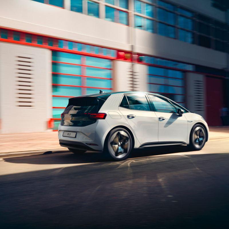 Volkswagen ID.3  in movimento in città di giorno vista 3/4