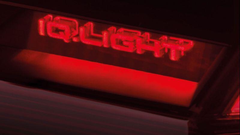IQ. Light logo i en baklykt