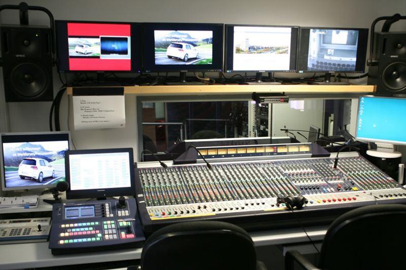 Regieraum mit Mischpult, Monitoren und Lautsprechern