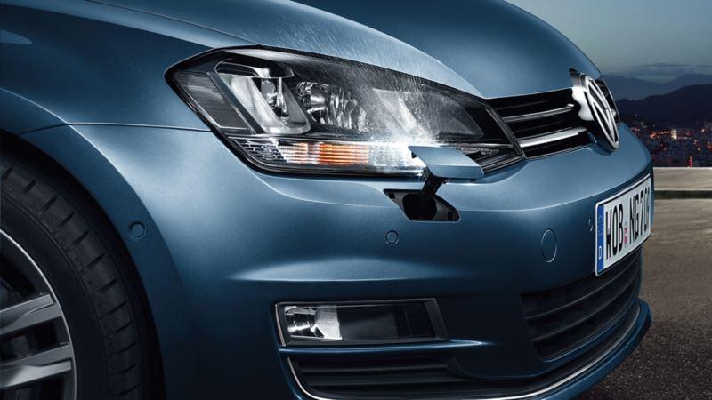 Vista laterale di VW Golf, dettaglio dei gruppi ottici con impianto tergilavafari