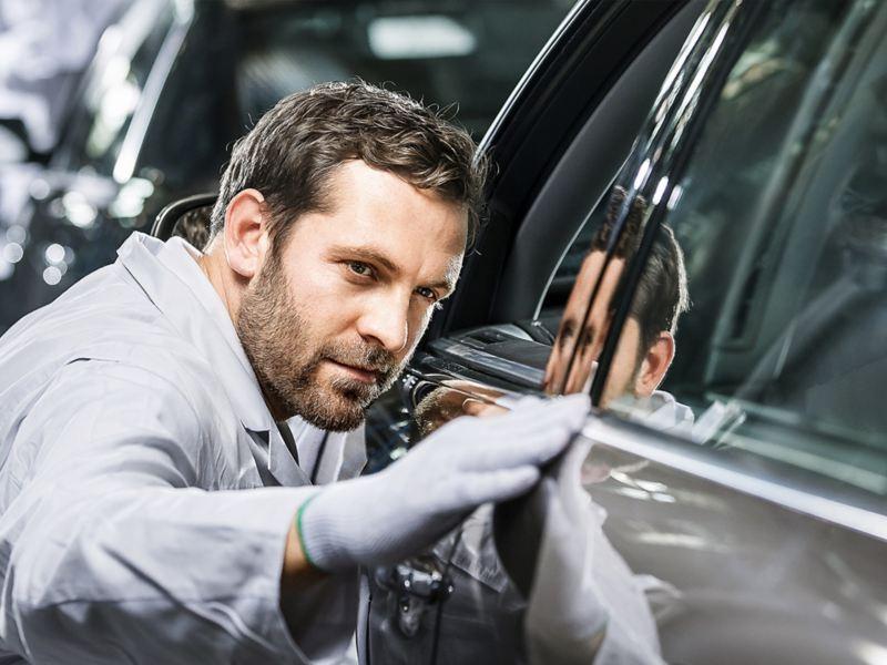 Auto Volkswagen siendo revisado antes de salir de la planta de producción