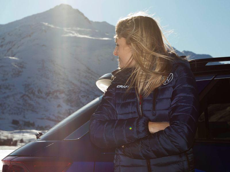 Jasmin Preisig lehnt sich an den Volkswagen T-Roc R an