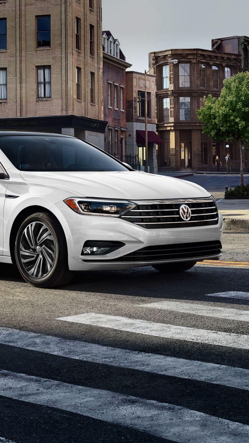Familia acercándose al Nuevo Vento 2020 Volkswagen, el auto familiar