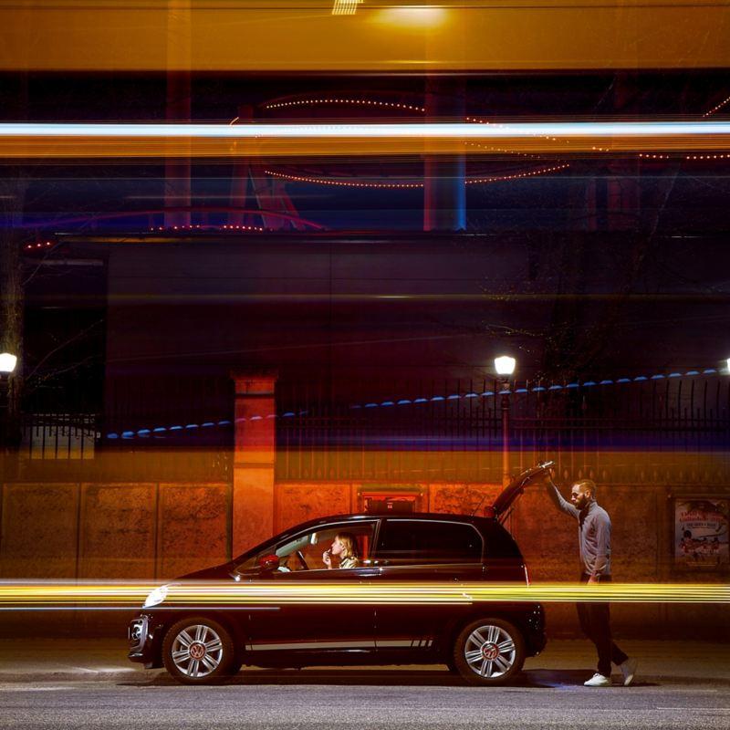 Mann schließt Kofferraum bei Nacht – Jungfahrer-Schutz