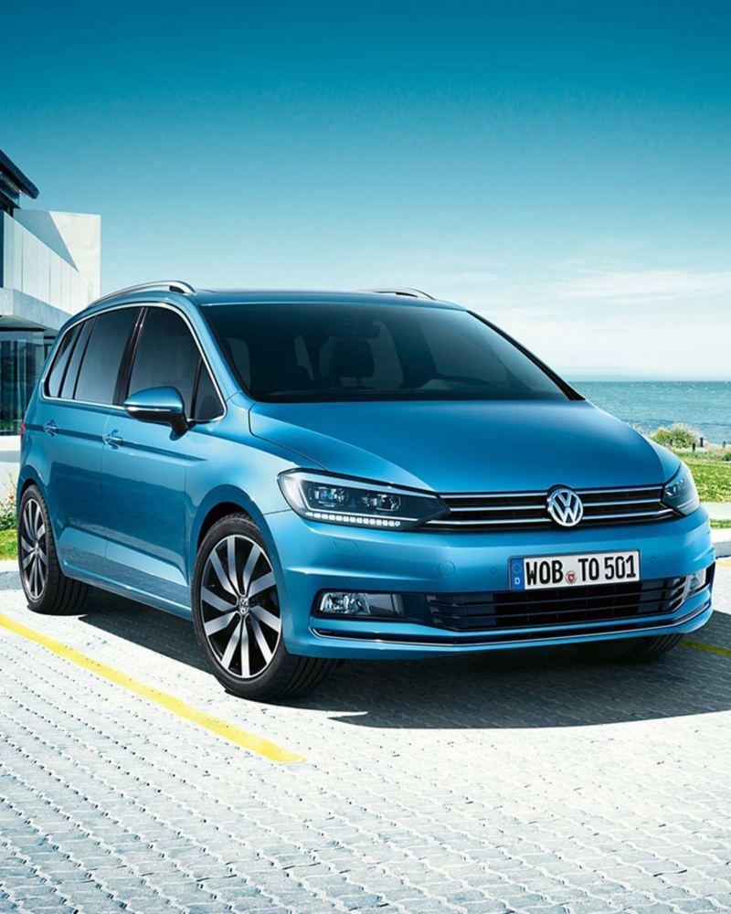 Ein VW Touran steht auf einem Parkplatz