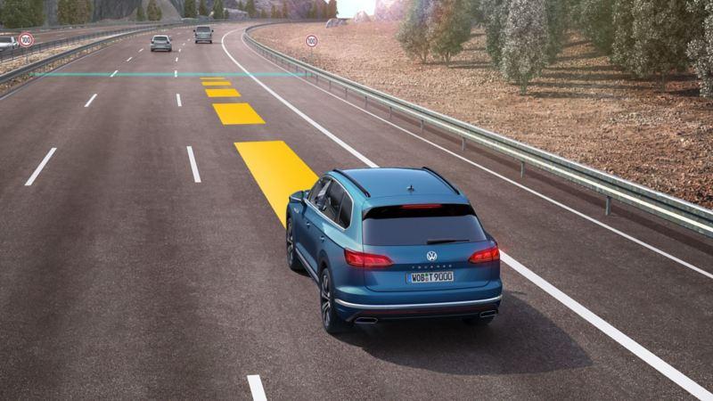 Assistiertes Fahren mit einem Volkswagen auf der Autobahn