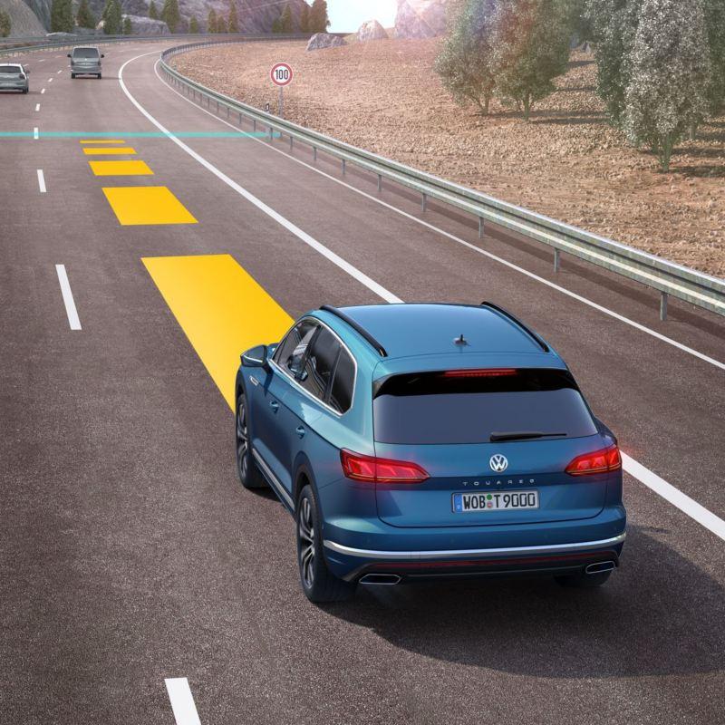 Guida assistita con una Volkswagen in autostrada