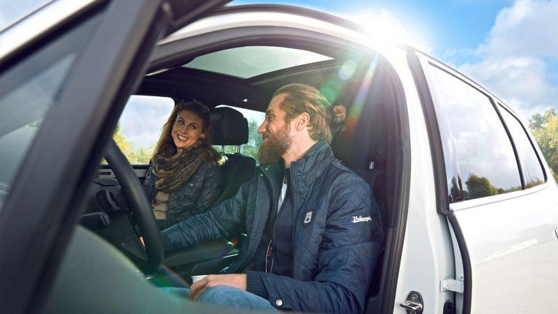 Una coppia all'interno della propria vettura