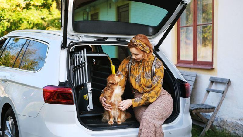 Linda Schilén med hunden Ester sitter i en Volkswagen