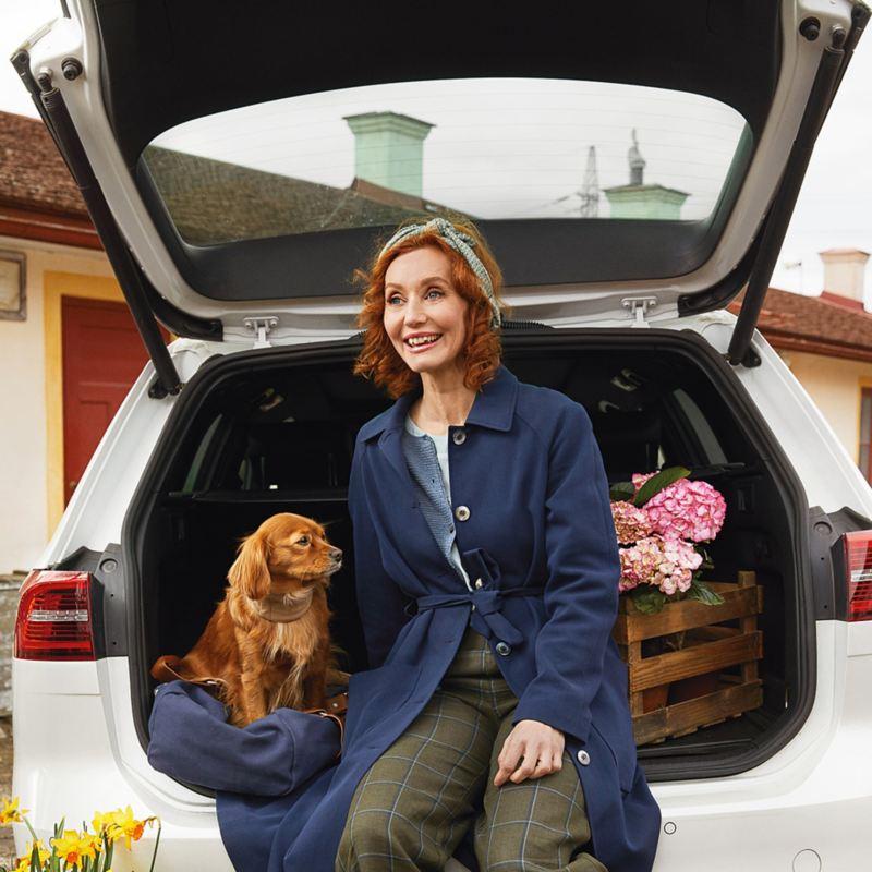 Linda Schilén i bil med hund