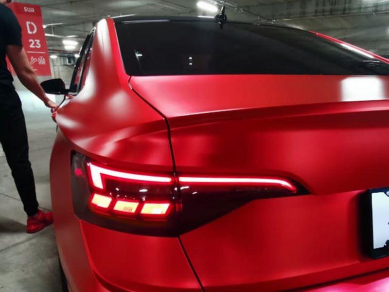 Jetta Volkswagen recibiendo cambio de llanta en taller de servicio VW