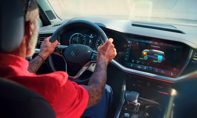Volkswagen Touareg eHybrid, intérieur, cockpit avec vue sur le système d'infodivertissement, la jauge d'énergie est affichée