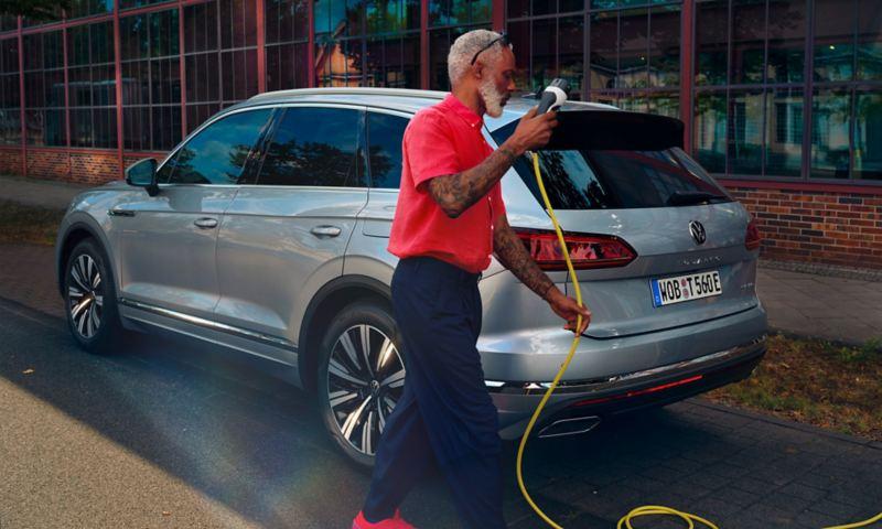 Volkswagen Touareg eHybrid en argent, vue latérale / arrière