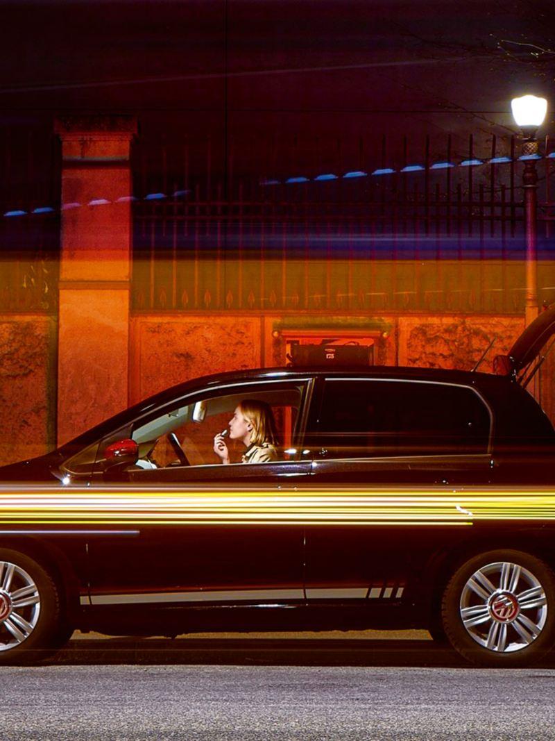 Mann öffnet nachts den Kofferraum seines VW up!