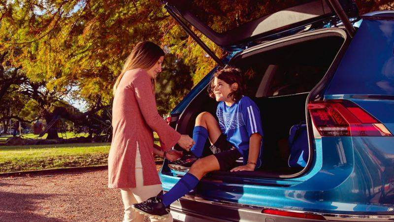 Mamma con bambino seduto su un veicolo Volkswagen