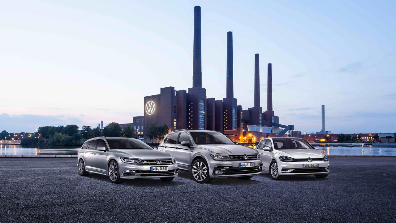 Drei Mitarbeiterfahrzeuge stehen vor Volkswagen Konzernzentrale