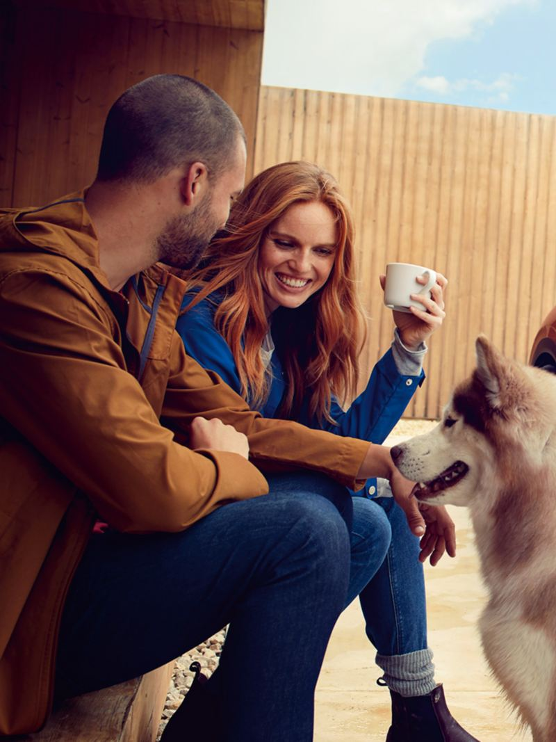 Par með hund situr fyrir framan Volkswagen ID. Crozz