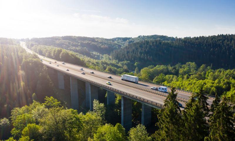 Biler og lastebiler kjører over en bro
