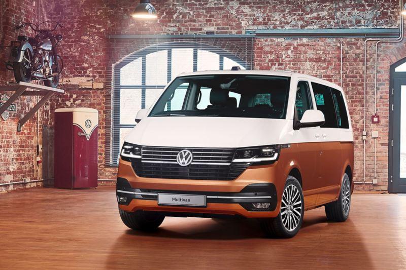 Vista 3/4 frontale di Multivan 6.1 Volkswagen all'interno di una costruzione in mattoni.