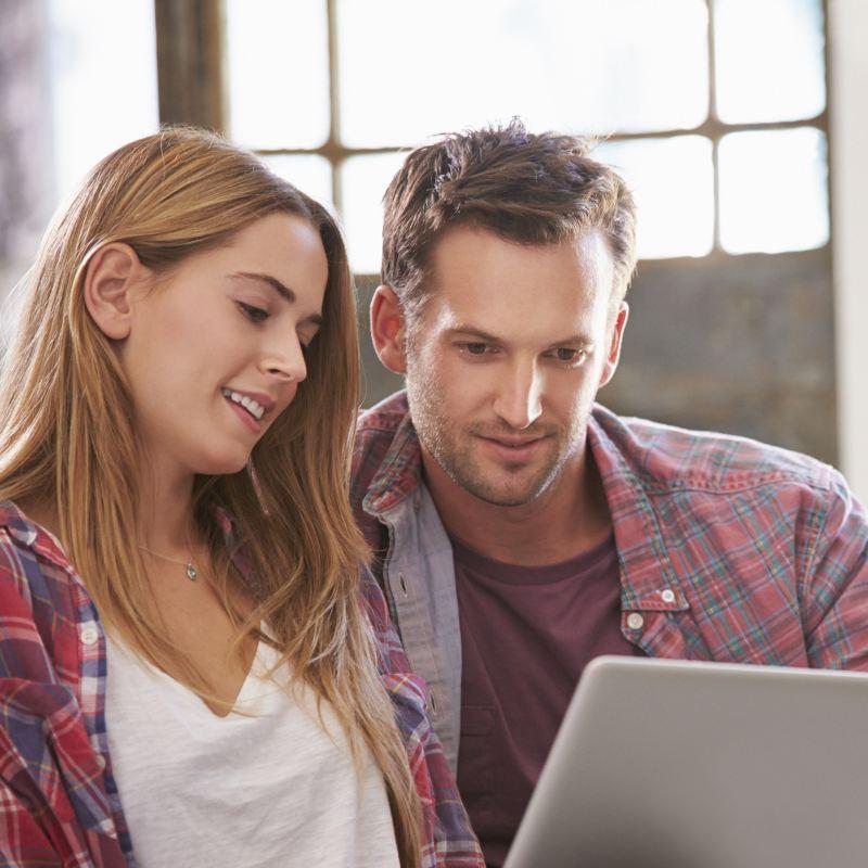 Mężczyzna i kobieta przed komputerem