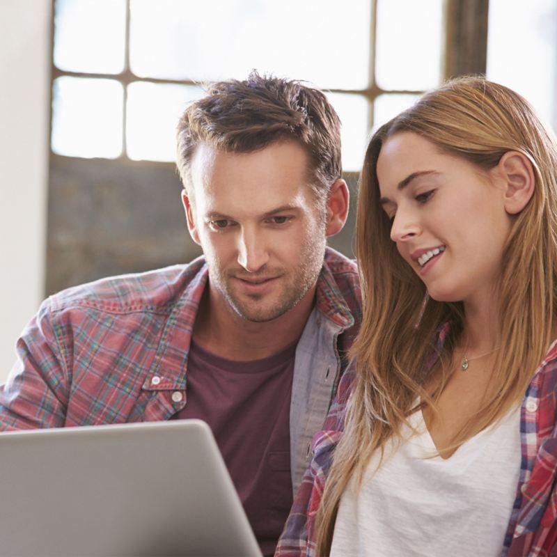 Donna e uomo decidono scelte consultando il PC