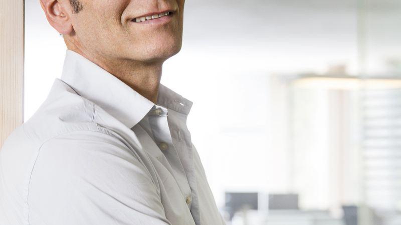 VW Volkswagen leasing bedrift privatleasing varebil familiebil leasingkontrakt overdragelse kontorrotte mann i hvit skjorte