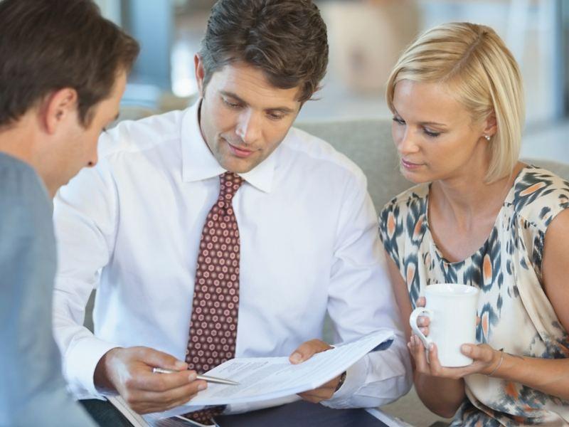 Konsultant prezentuje ofertę finansowania młodej parze.