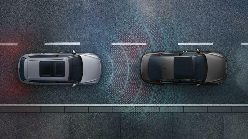 Volkswagen Passat su strada con altri veicoli e visualizzazione grafica della sensoristica del sistema Emergency Steering Assist