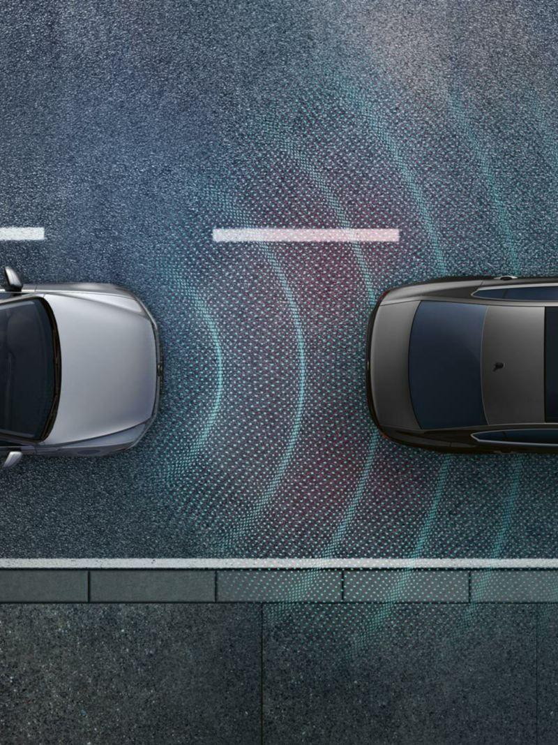 Volkswagen Passat Alltrack su strada con altri veicoli e visualizzazione grafica della sensoristica del sistema Emergency Steering Assist