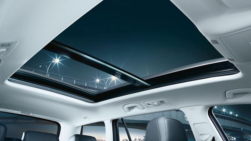 Abbildung des Fahrzeughimmels mit Panorama-Austell-/Schiebedach im VW Passat