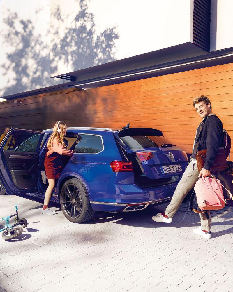 Familie steigt in den VW Passat Variant ein.