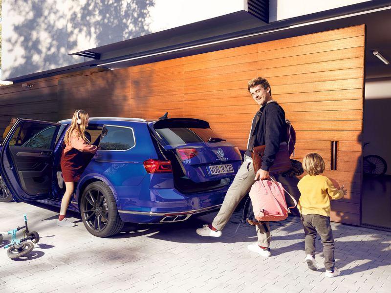 """Νέο Volkswagen Passat """"Easy Open"""" σε πλάγια πίσω όψη, ένας άντρας ανοίγει με μια κίνηση του ποδιού κάτω από το πίσω άκρο το καπό του χώρου αποσκευών"""